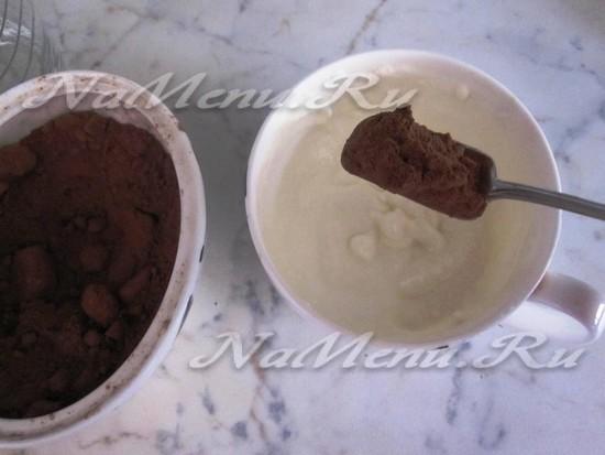 слить половину рикотты с какао и сладкой пудрой
