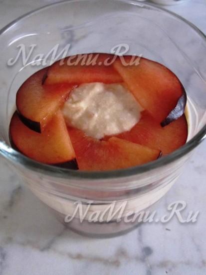 дать пласт на сливу и добавить еще порезанной ягоды
