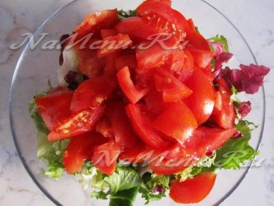 Кромсаем помидоры и дополняем к зелени