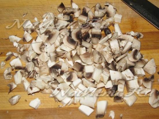 Вырубить на маленькие кубы грибы
