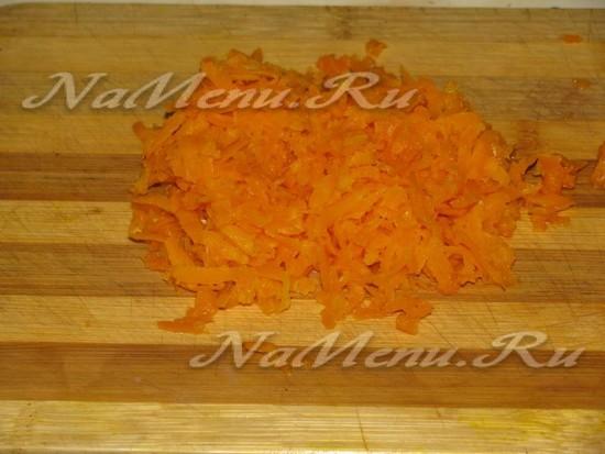 На большой терке намять расслабленную морковь