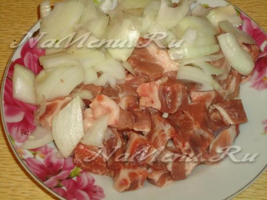 порезать мясо и чеснок