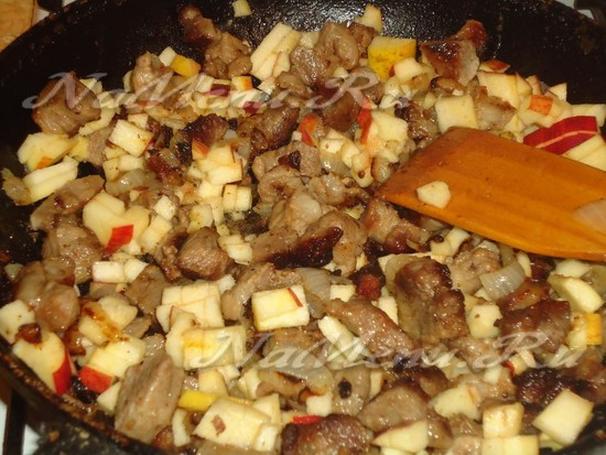 затушить мясо с яблоком и сливками