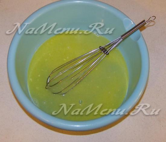 раскочегарить сливочное масло и добавить в него соль