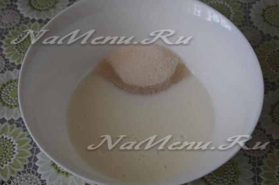 Перемешиваем молоко и соль