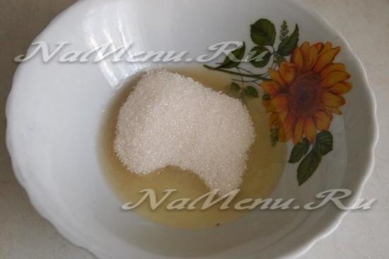 Перемешиваем белок с сахаром
