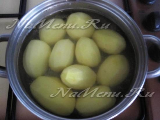 устанавливаем варить картофель в посоленой воде