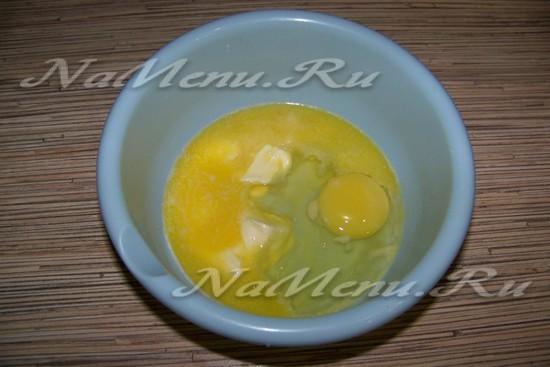 Масло раскочегарить, слить с яйцами