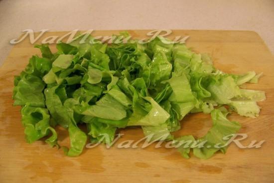 Листья салата порезать