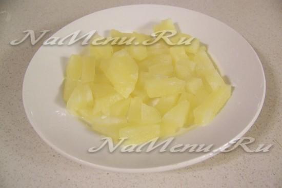 Неглубоко порезать куски ананаса