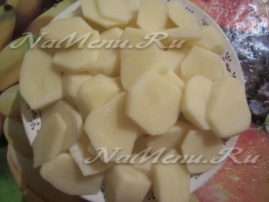 Очищаем и кромсаем картофель