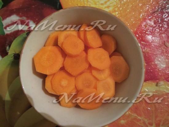 Очищаем и кромсаем морковь