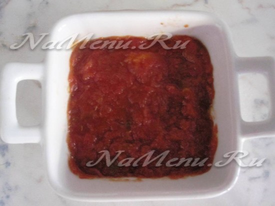 отдаем пласт томатного соуса