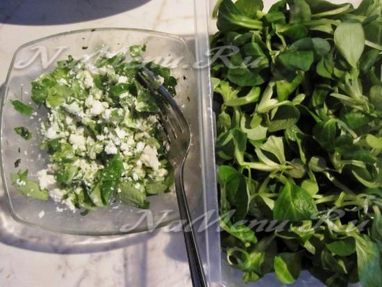 Перемешиваем зелень с сыром