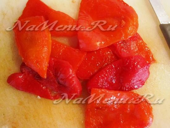 перцы запечь и почистить от кожуры, добавить к помидорам