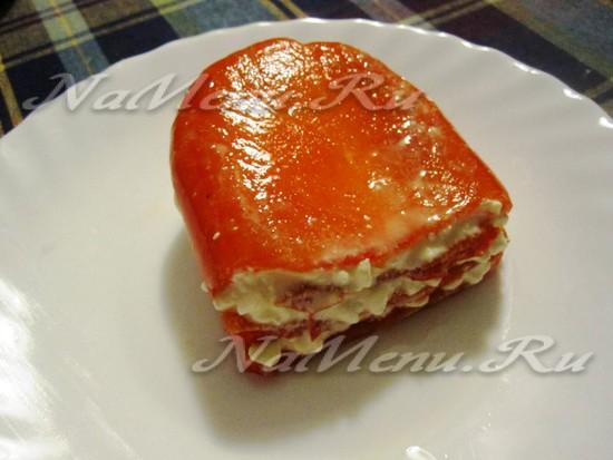 Слоеная еда из печеного перца с сыром
