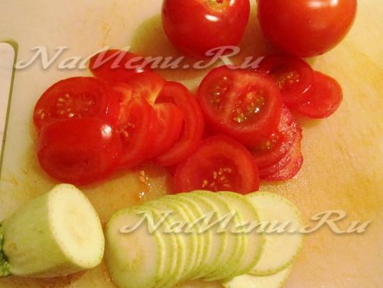Нарезаем помидоры и цукини