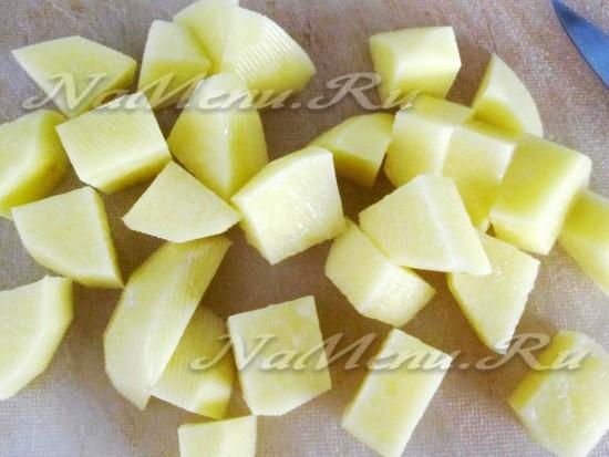 картофель порезать кубиками и запечь