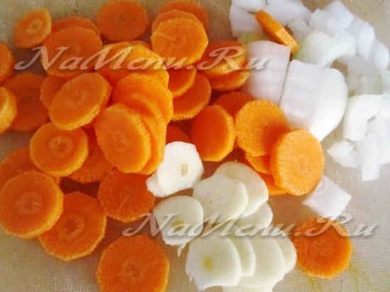 чеснок и морковь порезать и обжарить