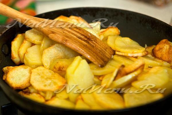 Как пожарить картошку на сковороде чтобы она не развалилась