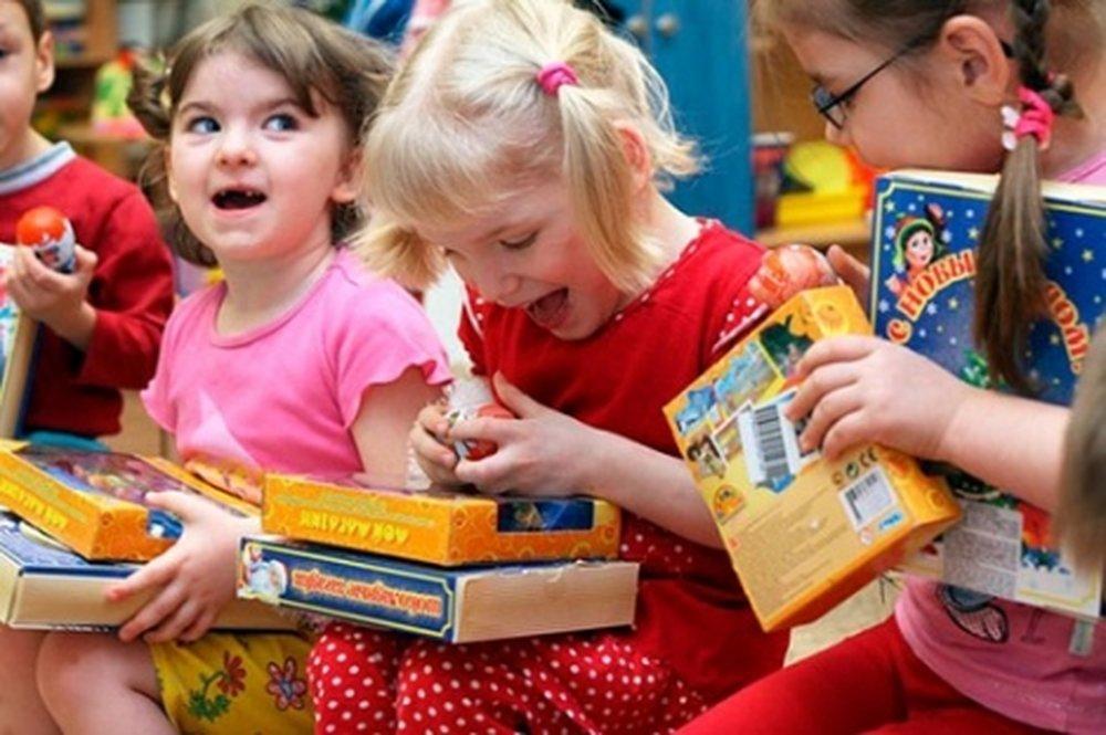 Какие подарки подарить детям в школе 682