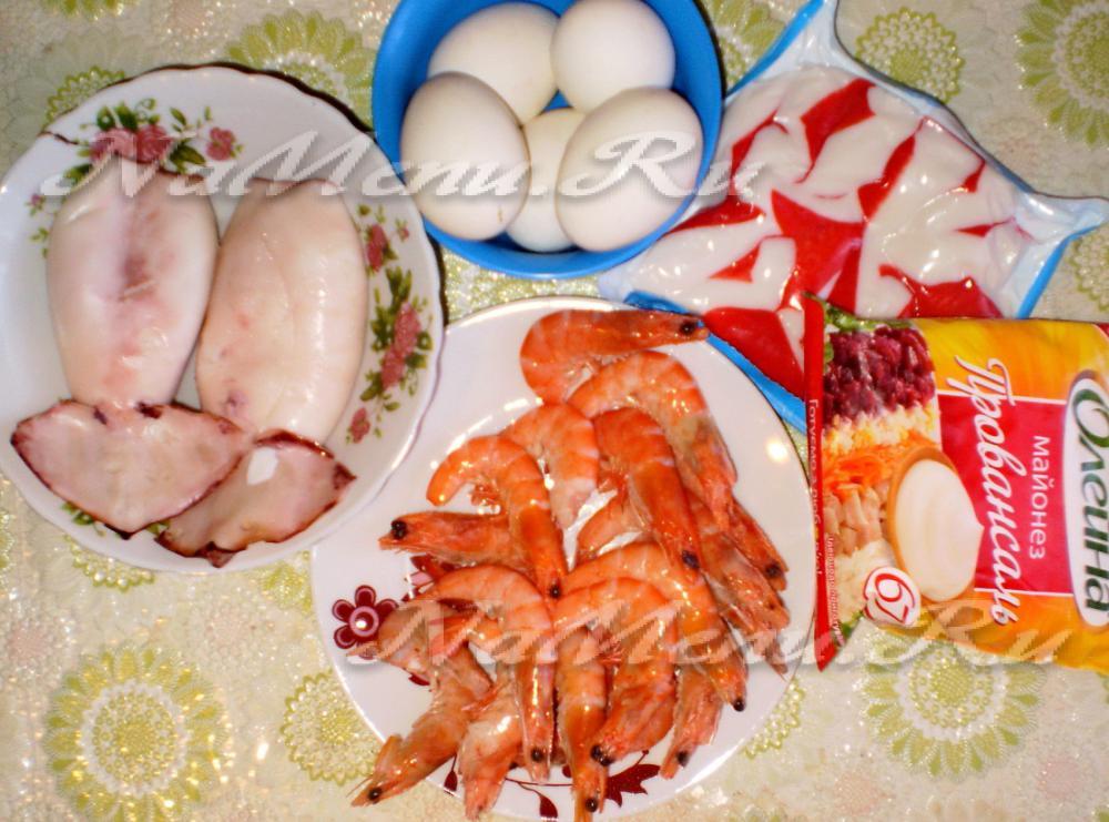 Салат с кальмарами и креветками дары моря на праздничном