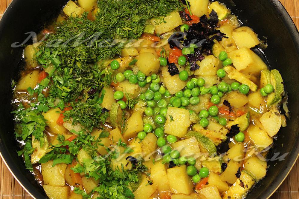 овощное рагу с капустой и зеленым горошком