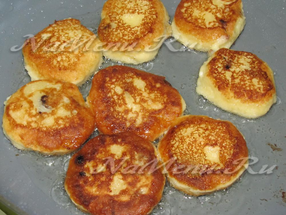 приготовление сырников с изюмом из творога рецепт