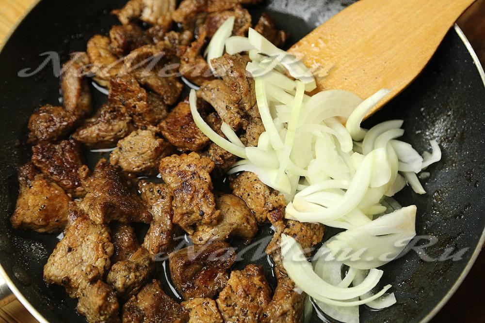 Пожарить мясо на сковороде с луком рецепт