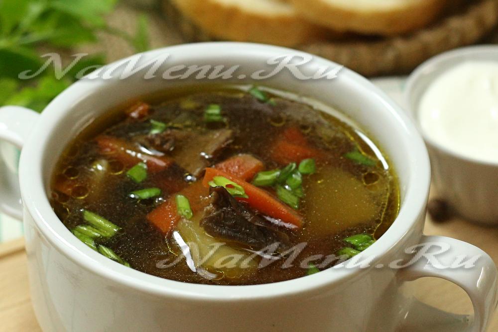 Суп из сушеных грибов на курином бульоне