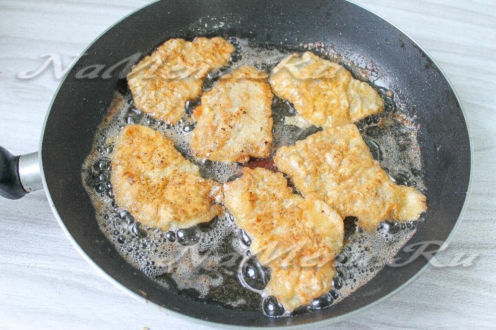 отбивные из свинины на сковороде в кляре сколько жарить
