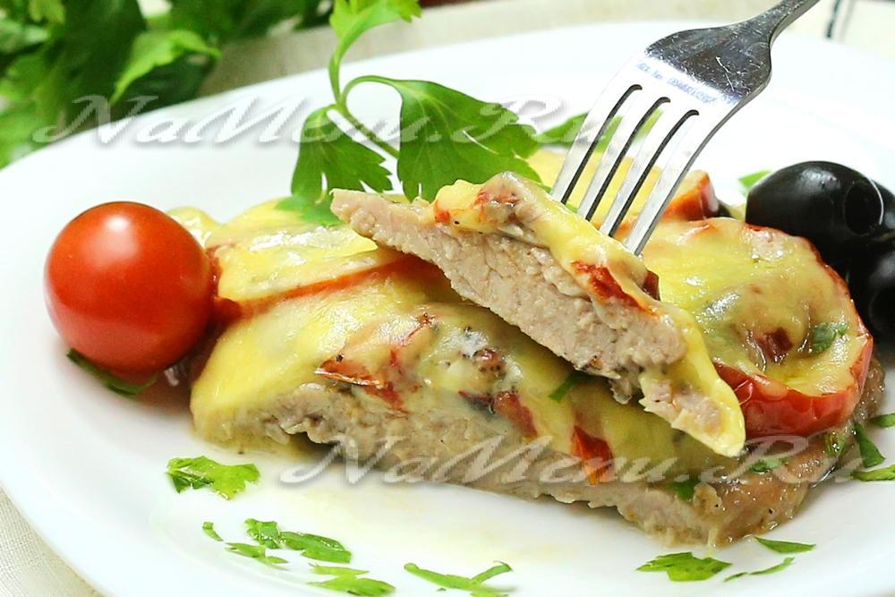 свиная отбивная в духовке с сыром и помидорами и грибами