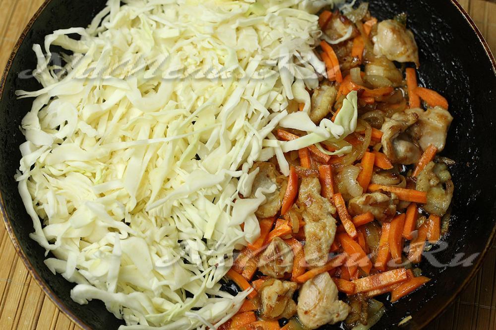 тушеная капуста с курицей в сковороде рецепт с фото
