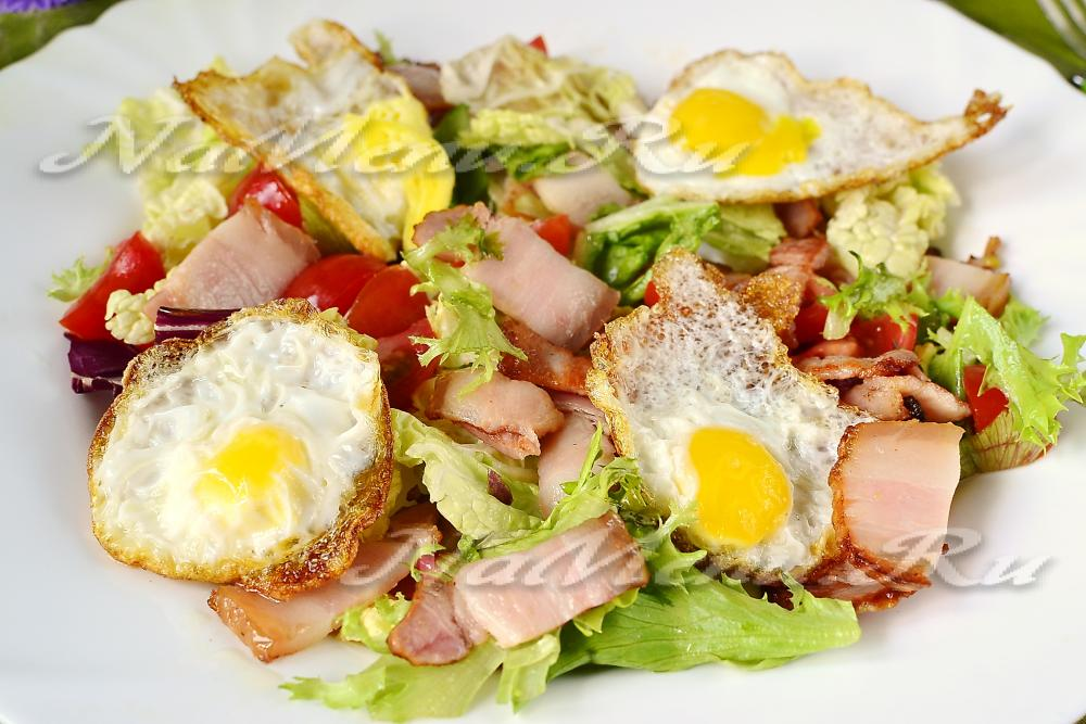 Салат с черри и перепелиными яйцами с