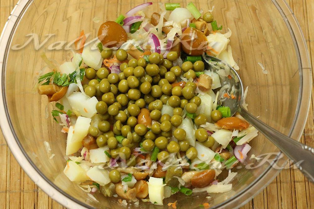 Салат с маринованными шампиньонами и горошком