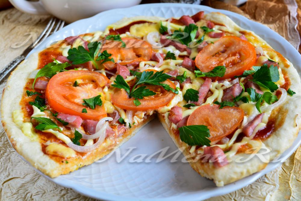 Вкусная пицца с колбасой помидорами и сыром рецепт