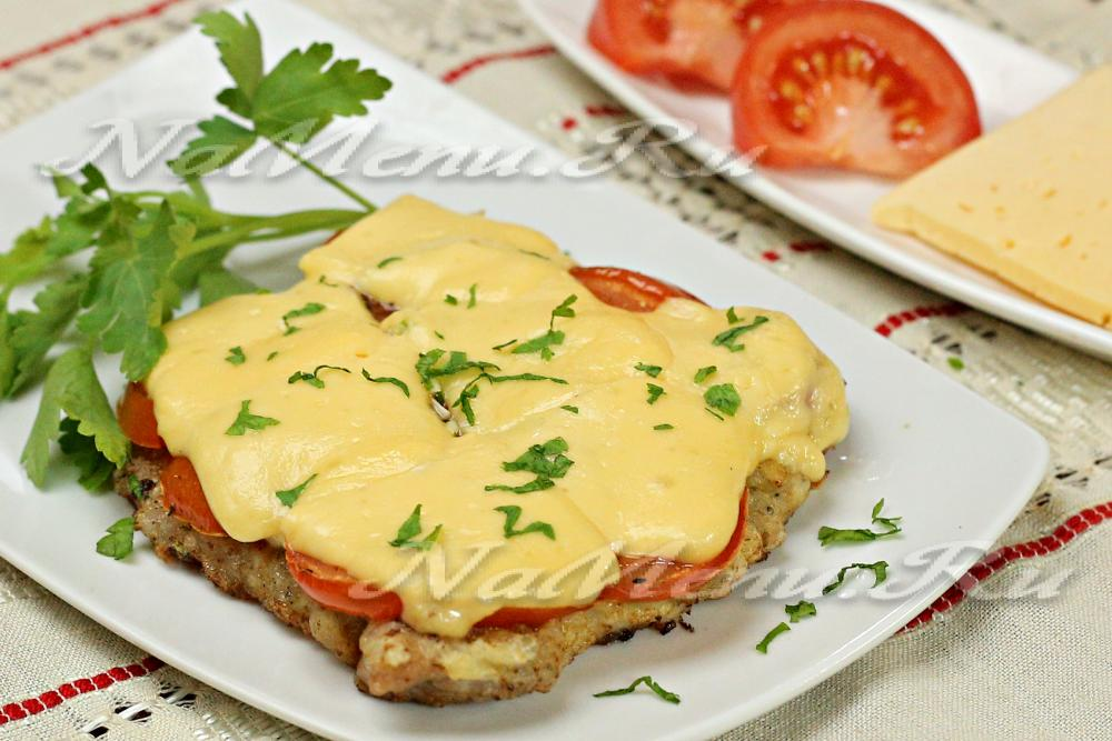 отбивная в духовке с помидором и сыром