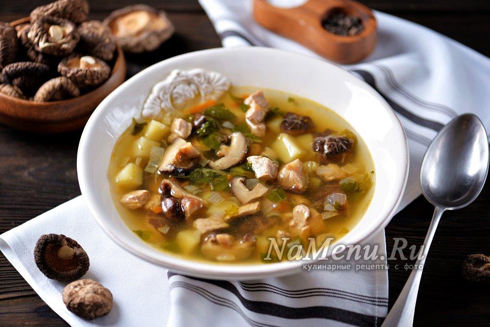 суп из белых сушеных грибов на мясном бульоне