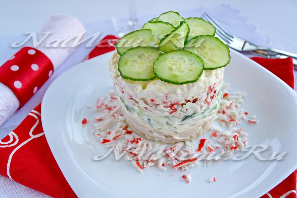 Салат с кальмарами крабовыми палочками и яйцом и огурцом рецепт с