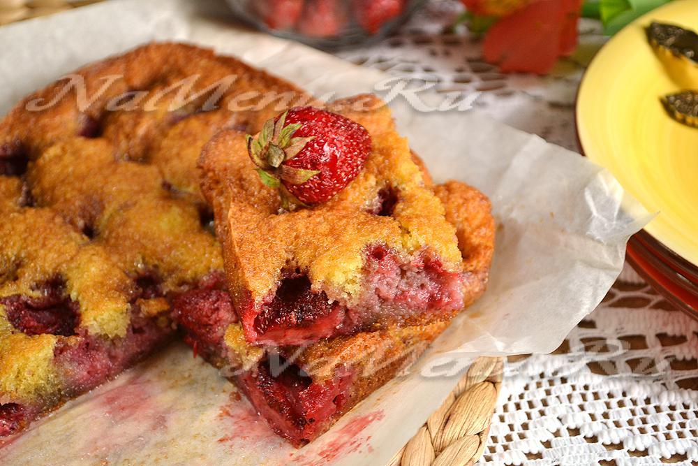 Простой и вкусный пирог с клубникой