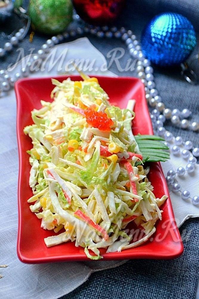 салат с пекинской капустой и крабовыми палочками и сухариками