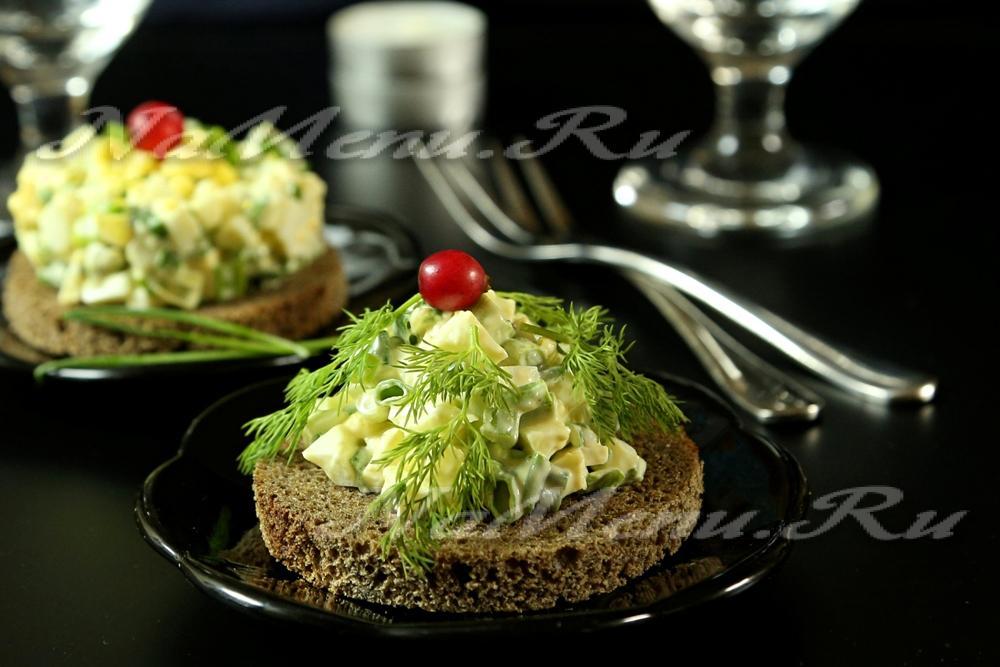Салат с жаренной курицей грибами яйцом и сыром
