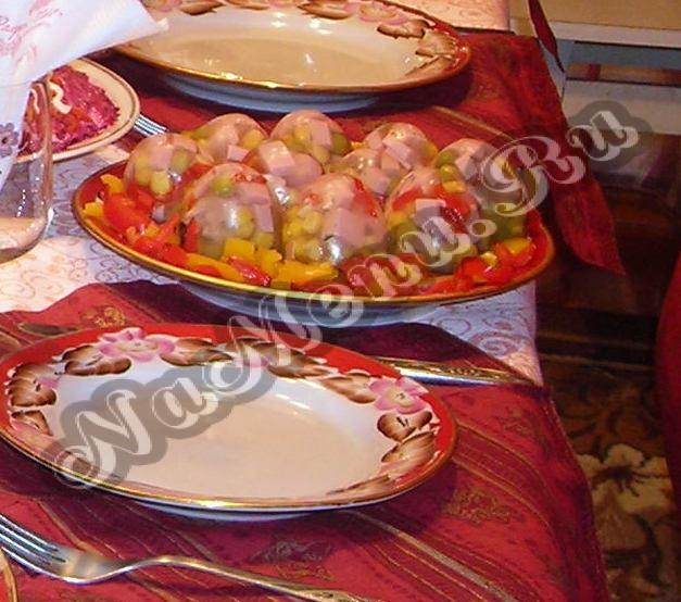 горячие закуски русской кухни: виноградное вино домашнего приготовления.