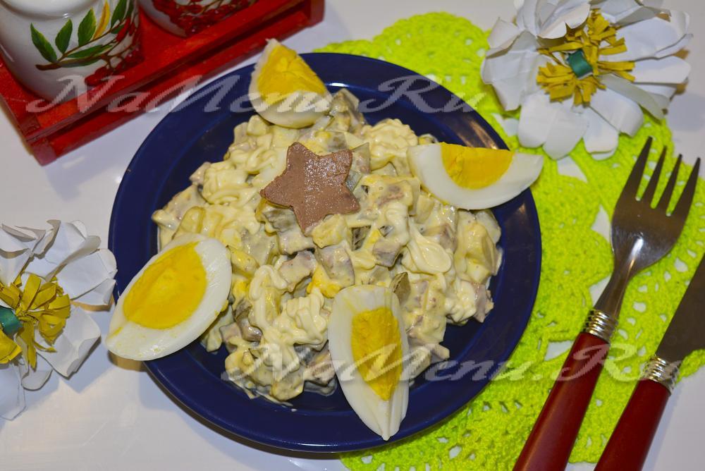 Печеночный салат с огурцом соленым