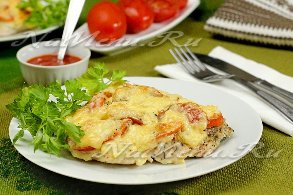отбивная из куриного филе с помидорами и сыром в духовке