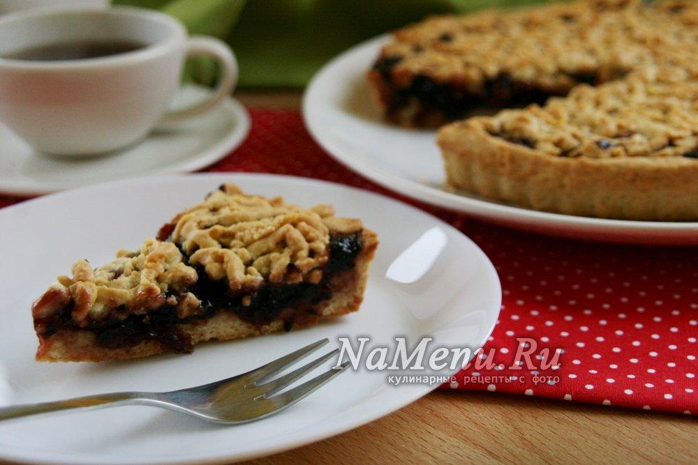 Песочный пирог с вареньем из черной смородины