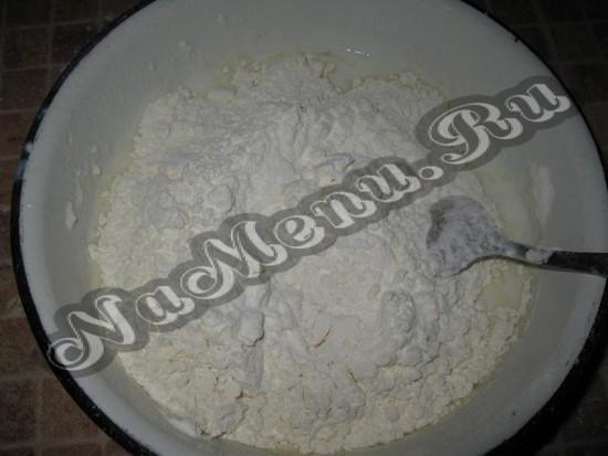 В сыворотку положить соль, соду и муку