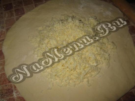Раскатываем лепешку и кладем сырную начинку вовнутрь