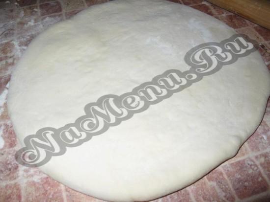 Раскатываем пирог размером сковороды