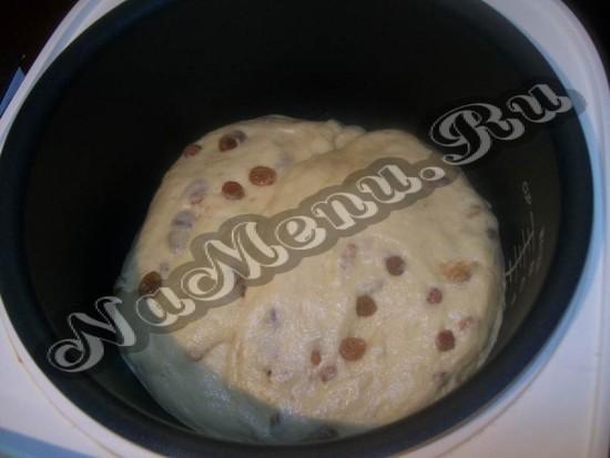 Положить тесто для приготовления кулича в мультиварку